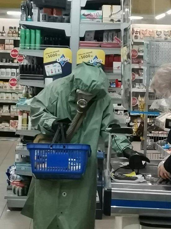 Na nákupy do Coopu jedině bezpečně oblečen. Vyfoceno ve Vysokém Mýtě.Foto: Lenka Vebrová