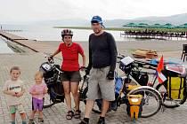 Výlety a dovolené na kolech si Markéta Hroudová, Luděk Zigáček a jejich děti Víťa a Šárka užívají.