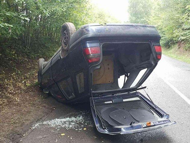 Do Dolní Dobrouče, části obce Lanšperk, spěchaly ve čtvrtek 12. července vpodvečer záchranářské vozy. Řidič Škody Felicie skončil koly vzhůru.