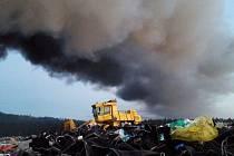 Hasiči požár skládky v Libchavách uhasili