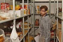 Kontrolor z územního pracoviště Krajské hygienické stanice Pardubického kraje při kontrole ve škole.