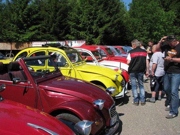 """Sraz """"kachen"""", vozů zn. Citroën 2CV, na Andrlově chlumu u Ústí nad Orlicí."""