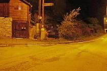 """Řidič citroenu """"zaparkoval"""" u rodinného domku. Pobořil plot, jízdní kolo i zednické kolečko."""