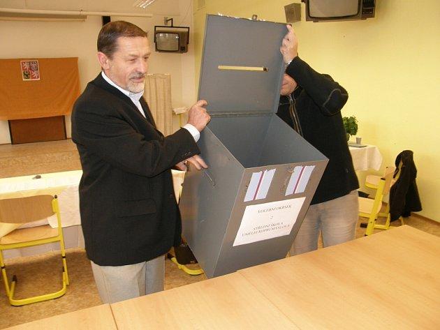 Sčítání hlasů ve volebním okrsku č.2 v Ústí nad Orlicí.