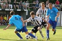 Ústečtí Filip Grepl (vpředu) a Richard Ráb (za ním v černobílém) se svými góly podíleli na vítězství v zápase s Jabloncem.