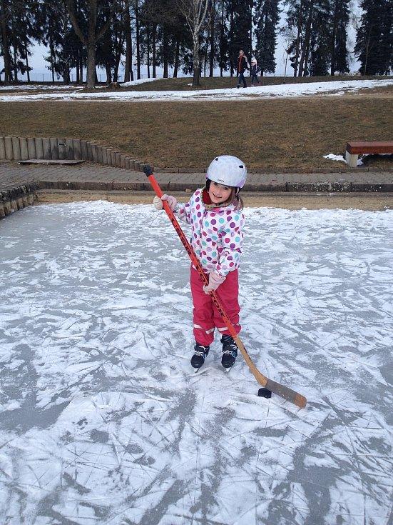 Na rybníku bruslí děti i dospělí v Lanškrouně.