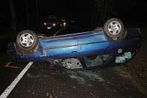 V Dolní Dobrouči převrátila v neděli večer auto na střechu pětadvacetiletá řidička.