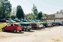 Areál Perly v Ústí nad Orlicí slouží jako bezplatné parkoviště. Po dobu demolice továrních hal budou muset auta jinam.