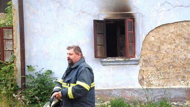 Hasiči nalezli v domě mrtvolu staršího muže.
