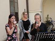 Na nádvoří choceňského zámku vystoupily 1. května dechovky, místní dechové orchestry si pozvaly hosta.