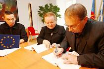 Starosta Petr Hájek při podpisu česko-polských projektů pro rok 2013.
