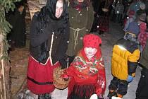 Tradiční zpívání u vánočního stromu v Přívratu letos doplnil i živý betlém.
