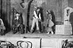 """Z divadelního představení """"Domov a víra"""" (autor Schönher) v roce 1911 v sále u Čermáků v Nádražní ulici."""