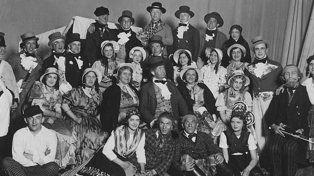"""""""FIDLOVAČKA"""" J. K. Tyla sehraná dne 19. května 1935 v Národním domě. Za všechny účinkující alespoň Mirek Dočkal (druhý zleva), nahoře uprostřed Jindřich Praveček st., uprostřed sedící pan Tlapek."""