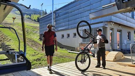 Pod Kralickým Sněžníkem nabízí třináct kilometrů upravených sjezdů pro kola.