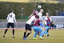 Fotbalisté Mýta (černobílé dresy) podlehli Náchodu 0:2.