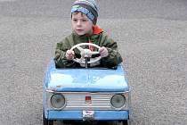 """Děti při """"řízení"""" aut."""