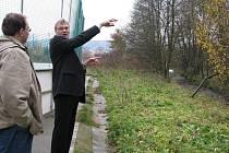 Starosta Jaroslav Zedník naznačuje, kam až bude sahat nový park, jenž ponese jméno Benátky.