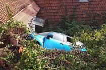Auto ve větvích. Muž, který nehodu viděl, pomohl řidiči z havarovaného auta, když mu bezpečně přistavil žebřík.