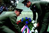 Na snímku jsou  praporčík Miroslav Čáp a nadporučík Michal Pech, kteří při vzpomínkovém aktu zastupovali naši armádu.