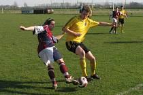 Alan Karela (ve žlutém)
