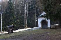 Čtrnáct kaplí křížové cesty zavede turisty na Andrlův chlum.