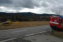 Pro člověka sraženého vlakem přiletěl vrtulník.