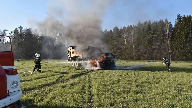 Hasiči ve středu odpoledne vyráželi k hořícímu stroji do Ostrova nedaleko Lanškrouna.