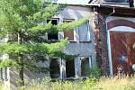 Choceňská kruhová výtopna chátrá, uvnitř se nachází mnoho odpadků, na půdě mizí stavební materiál.