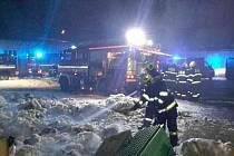 Požár přádelny v Chocni zvedl ze židlí i postelí hasiče z pěti jednotek.