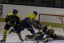 Finále ovládli hokejisté Chocně B ve žluto modrých dresech.