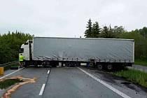 Kamion zatarasil celou silnici.