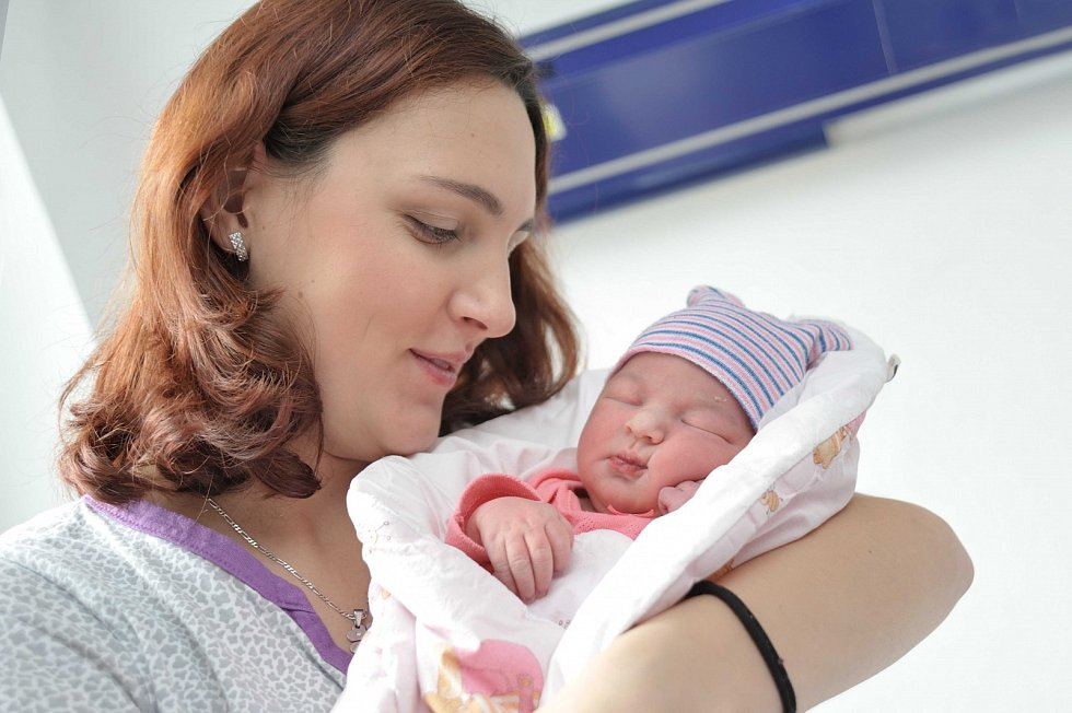 Dominika Pomikálková je po Ondrovi druhým dítětem Marie a Petra z Nekoře. Když se 23. listopadu v 2.59 hodin narodila, vážila 3,310 kg.