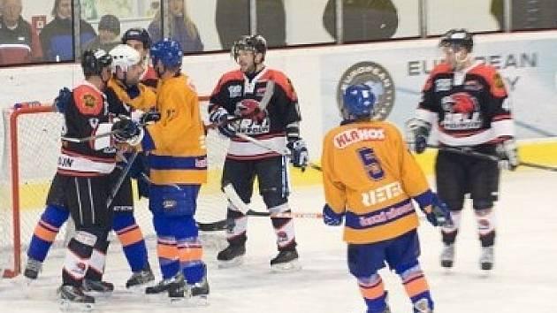 Třebovští hokejisté ještě v barevné kombinaci modrá-žlutá.