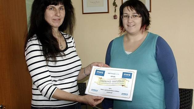 Ředitelka DPS v Letohradu Marie Kubištová převzala certifikát z rukou redaktorky Deníku Ivy Janouškové.