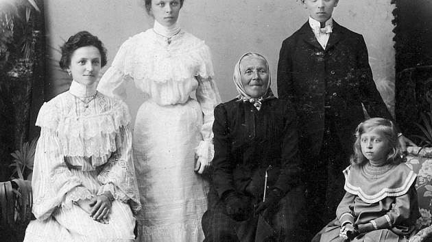 Na první fotografii druhá zprava je Emílie Setínská, provozující živnost v domku čp. 726 v Komenského ulici. Na snímku jsou dále její matka Marie, babička Marie Dittrichová, bratr Jan a vlevo sestra Františka, pozdější modistka.