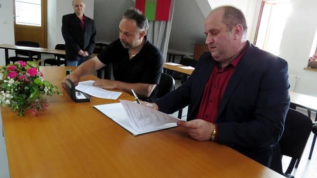 Zástupci spolků a organizací slavnostně podepsali smlouvy na dotace pro rok 2017.