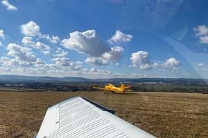 Družstvo z letadla nerozprašovalo koronavirus, ale hnojilo pole ledkem