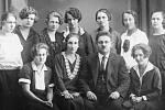 Dámský krejčí Alois Sobotka (bratr fotografky Růženy Sobotkové) s manželkou Marií (od něho vlevo) z Hýblovy ulice s děvčaty ze svého salónu. Foto R. Sobotková přibližně v roce 1930.