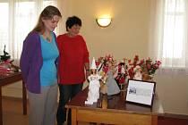 Výstava háčkované módy pro panenky