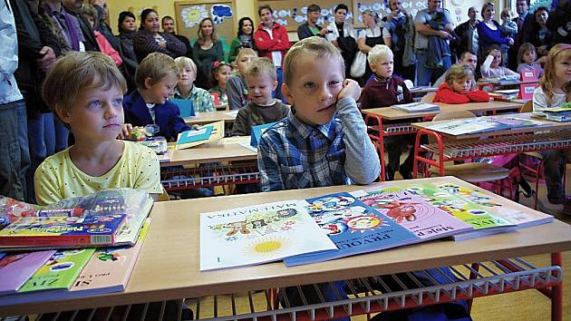 """""""TAK TOHLE JE TA ŠKOLA? Snad to zítra bude zábavnější,"""" jako by si myslel prvňáček na snímku... Každý zkrátka vnímal první školní den po svém. Všem prvňáčkům i ostatním školou povinným přejeme úspěšný školní rok!"""