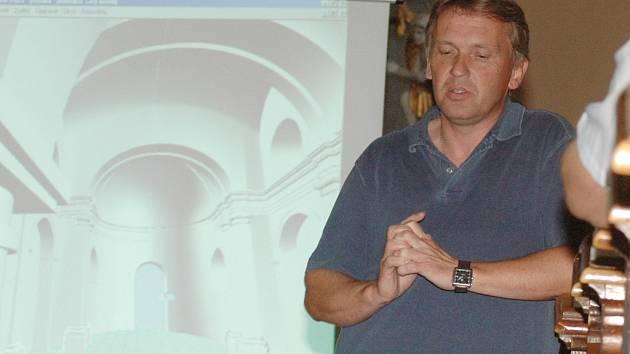 Zbigniew Czendlik při prezentaci projektu umístění knihovny v kostele.