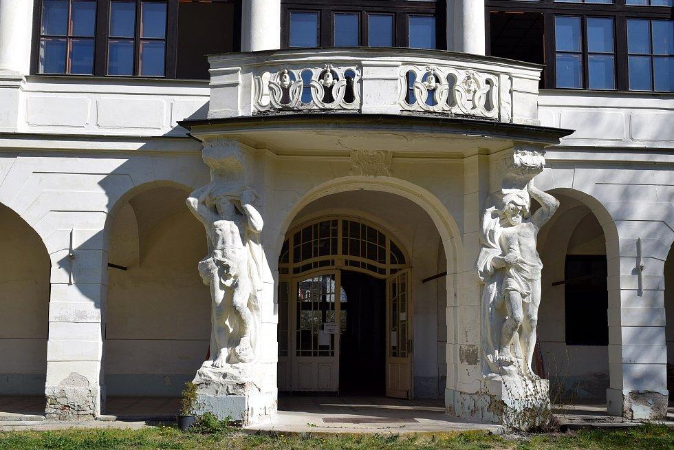 Zámek v Brandýse nad Orlicí má nového majitele. Postupně projde náročnou opravou.