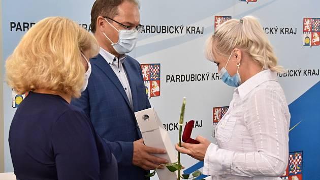 Dárci krve, kteří navštívili sto dvacetkrát transfúzní stanici, byli oceněni Zlatým křížem.