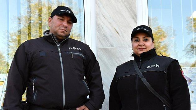 Asistenti prevence kriminality ve Vysokém Mýtě dohlížejí na pořádek ve dvou vyloučených lokalitách. Pavel Ferko a Marie Petiková srovnají i problémovou mládež.