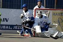 VYCENILI ZUBY. Letohradští hokejbalisté si v nultém ročníku domácího turnaje otestovali formu na sezonu.