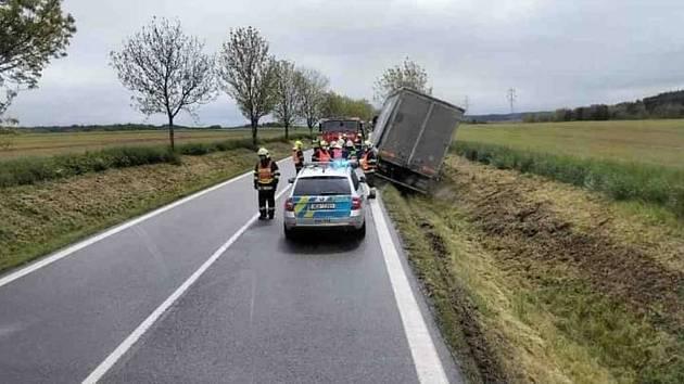Nehoda kamionu u Třebovic. Řidiči musí počítat s kyvadlovou dopravou.