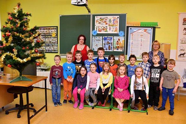 Žáci ze Základní školy Výprachtice paní učitelkou Hanou Katzerovou a asistentkou Zuzanou Pfeiferovou.