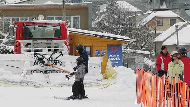 Na českotřebovském Pekláku v sobotu začala lyžařská sezona. Přišlo na patnáct set lyžařů.