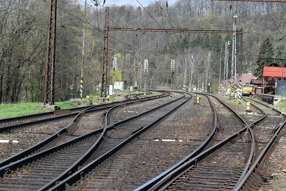 Slavnostním poklepáním kladívka na kolejnici v pátek dopoledne oficiálně začala rekonstrukce trati mezi Ústím nad Orlicí a Brandýsem nad Orlicí.